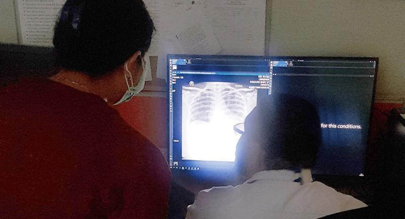 Radiologists at Indonesia RSCM discusses after seeing analysis results provided by Lunit INSIGHT CXR.